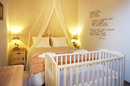Uma cama ou camas num quarto em Casa Recanto da Horta - Casas com EnCanto