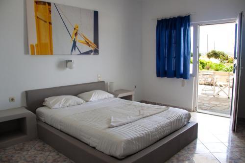 Een bed of bedden in een kamer bij Parasporos Village