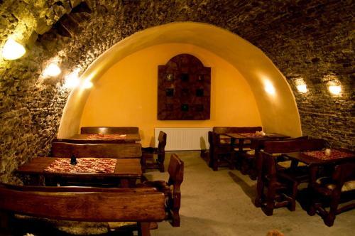 Reštaurácia alebo iné gastronomické zariadenie v ubytovaní Apartments Rakoczi