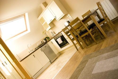 A kitchen or kitchenette at Courtyard Loft