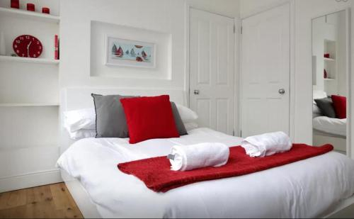 A bed or beds in a room at Clamshell Land - Royal Mile