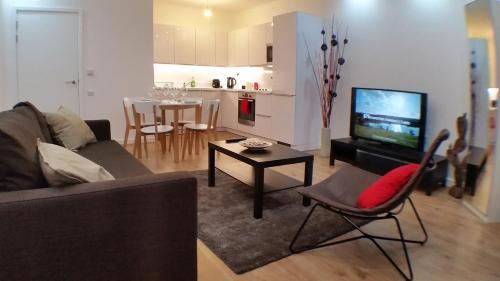 Uma área de estar em Apartment Gibson Road