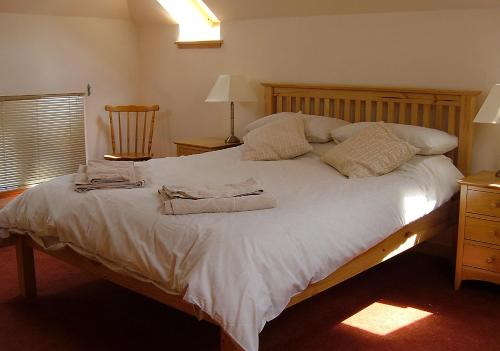 A bed or beds in a room at Plovermuir Cottage