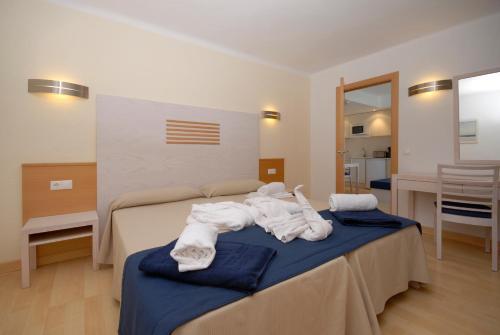 Een bed of bedden in een kamer bij Apartamentos Ferrera Beach
