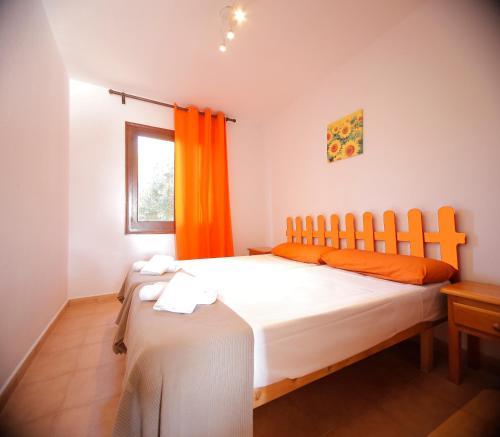 A bed or beds in a room at Apartamentos Binibeca Mar