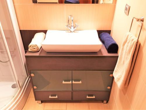 A bathroom at Lloret Beach Apartments