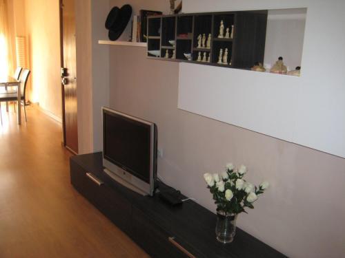 Una televisión o centro de entretenimiento en La Casa de Lara