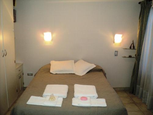 Una cama o camas en una habitación de Parvati Griha