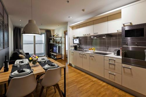 A kitchen or kitchenette at Apartament Barcelona Congress