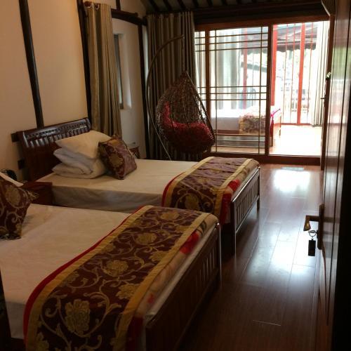 Кровать или кровати в номере Zhouzhuang Zhengunong Inn