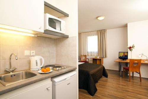 A kitchen or kitchenette at Séjours & Affaires Toulouse de Brienne