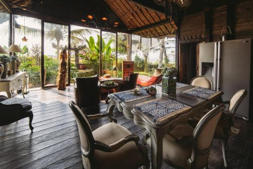 A restaurant or other place to eat at Absolute Beachfront Villa Laut