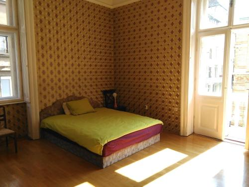 A bed or beds in a room at Vásár utca