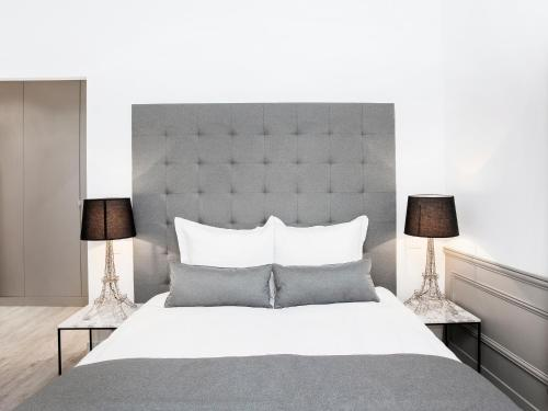 A bed or beds in a room at Luxury 3 Bedroom Le Marais