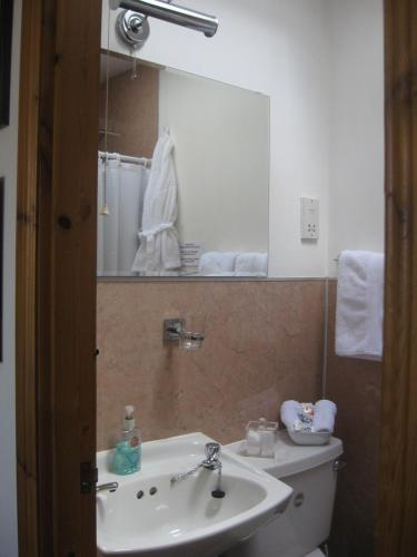 A bathroom at Arden Guest House