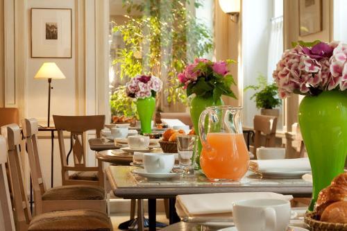 Breakfast options available to guests at Résidence de l'Hôtel de l'Arcade