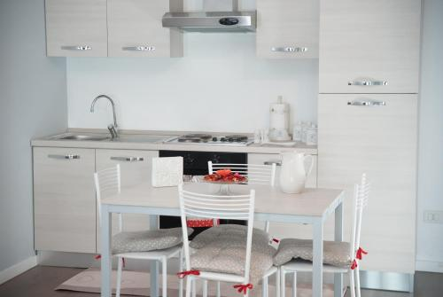 A kitchen or kitchenette at Red Line Apartments Milano