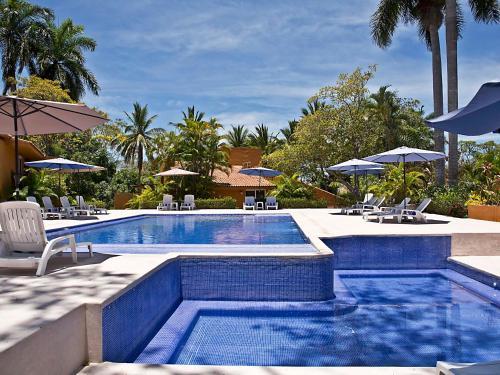 Der Swimmingpool an oder in der Nähe von Villas Ixzi Plus