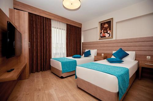 سرير أو أسرّة في غرفة في بورصا سويتس أبارت أوتل