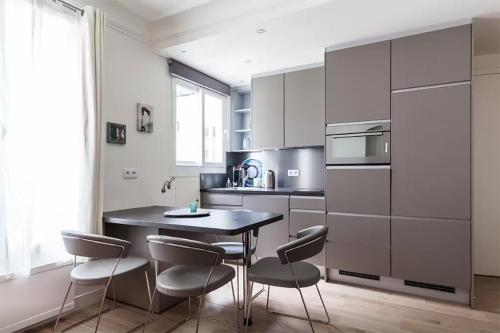 A kitchen or kitchenette at Great 2 bedrooms flat - Panthéon - Latin Corner