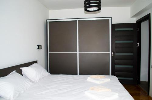 A bed or beds in a room at 2 Doors Apartments - City Center