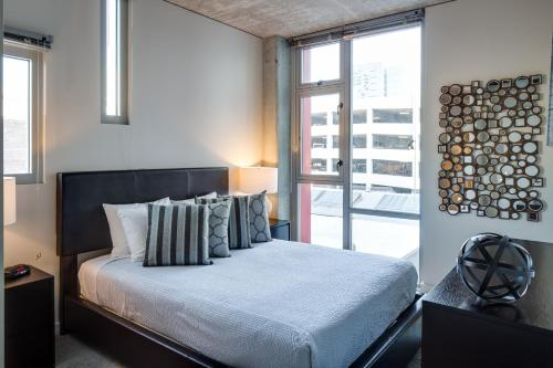 A bed or beds in a room at Stay Alfred on 6th Avenue