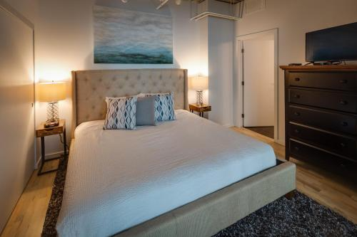 A bed or beds in a room at Stay Alfred on 10th Avenue