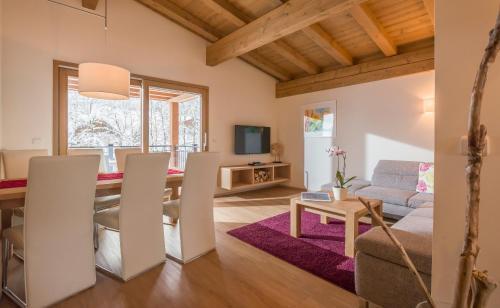 Ein Sitzbereich in der Unterkunft Resort Tirol am Wildenbach