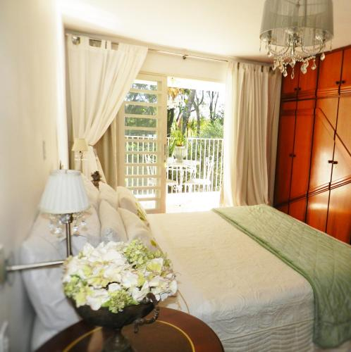 A bed or beds in a room at Maricá Bed & Breakfast