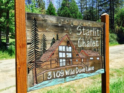 The facade or entrance of Starlit Chalet