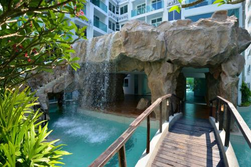 The facade or entrance of Amazon Residence Condo Resort By Fortunerthai Company