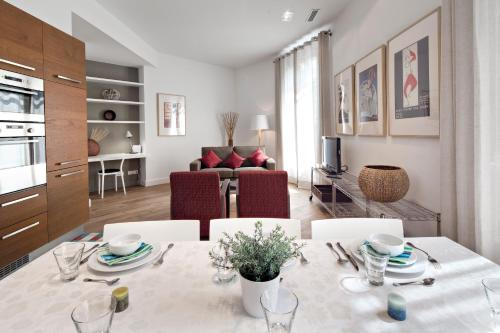 A restaurant or other place to eat at Habitat Apartments Rambla Deluxe