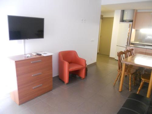 A television and/or entertainment center at Apartamentos Rio de la Plata