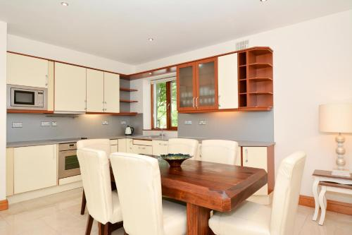 A kitchen or kitchenette at 7 Earls Island