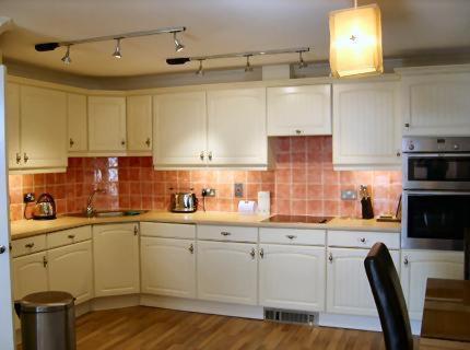 Een keuken of kitchenette bij Sea Breeze Apartment