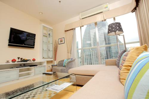 The lounge or bar area at 3 Bedroom Apartment at Sukhumvit