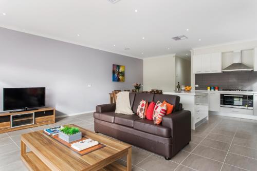 The lounge or bar area at Villa Maxweld - Melbourne
