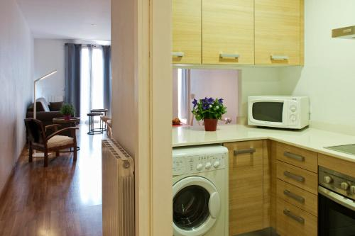 A kitchen or kitchenette at MH Apartments Liceo