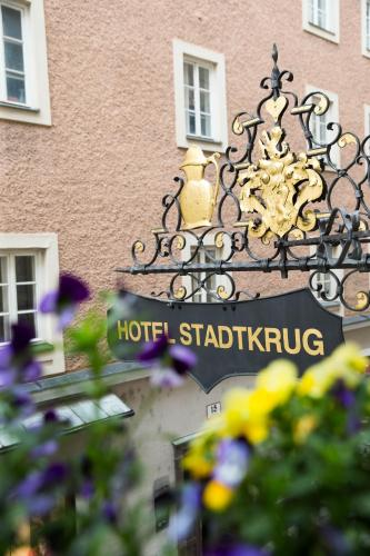 The facade or entrance of Altstadt Hotel Stadtkrug