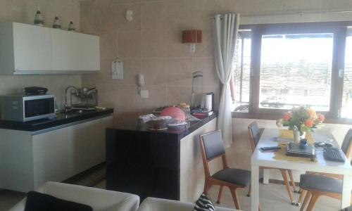 A kitchen or kitchenette at Apartamento Taiba