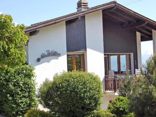 Eine Fassade oder ein Eingang zu Holiday Home Etoile des Neiges