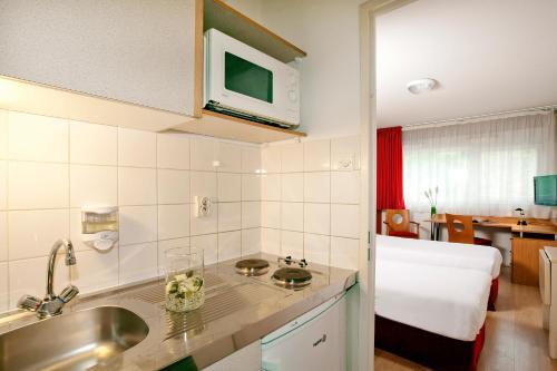 Cuisine ou kitchenette dans l'établissement Séjours & Affaires Poitiers Lamartine