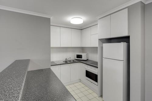 A kitchen or kitchenette at Adina Serviced Apartments Canberra James Court