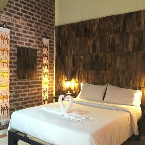 Baan Thai Homestay by bGb Villasにあるベッド