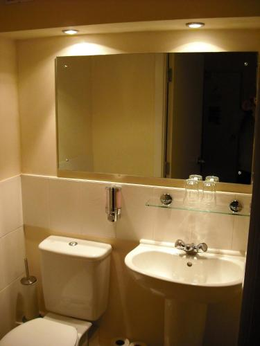 A bathroom at Kings Head