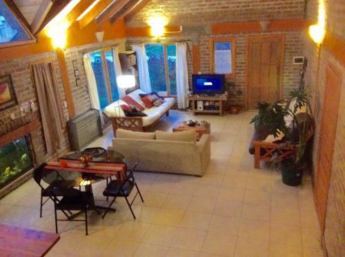 La sala de estar o bar de Cabaña con costa de arroyo