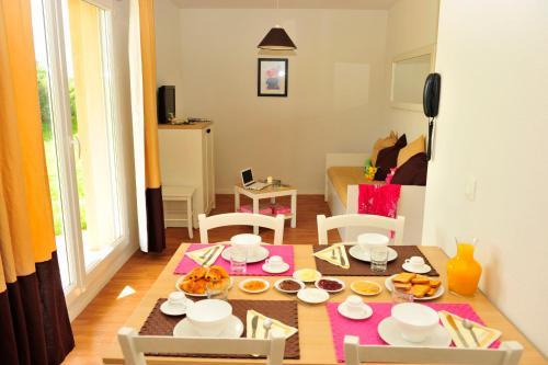 Restaurant ou autre lieu de restauration dans l'établissement Résidence Goélia Les Portes d'Honfleur