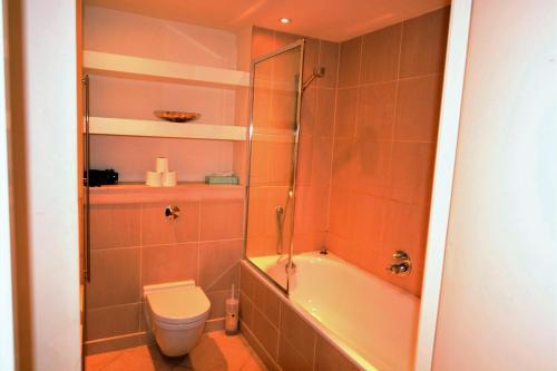A bathroom at Zen Apartments- Canary Wharf