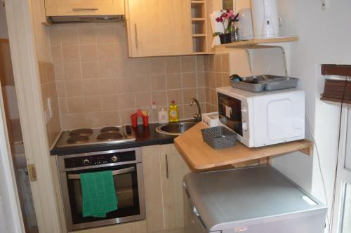 A kitchen or kitchenette at Super Central Dublin Apartments