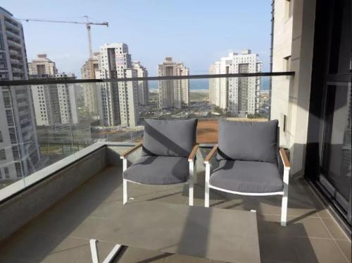 A balcony or terrace at Ir Yamin - 3 Bed Sea-View Apartment